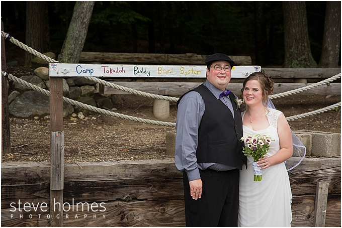 21_bride-groom-wooden-posts