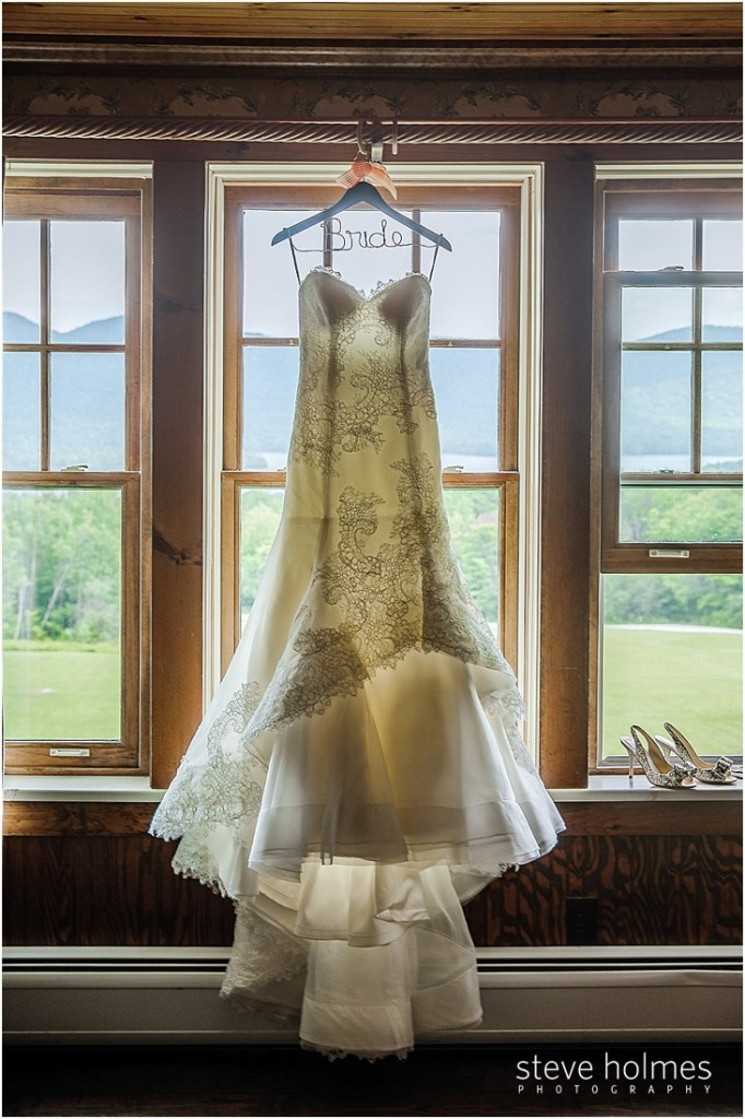 02_wedding-dress-shoes-window