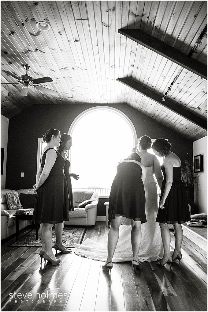 19_bridesmaids-help-with-dress-black-white