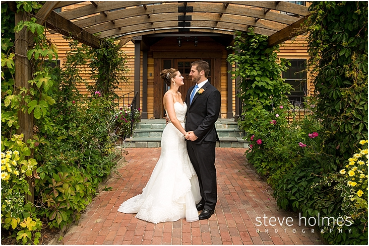 22_bride-groom-stand-under-arch