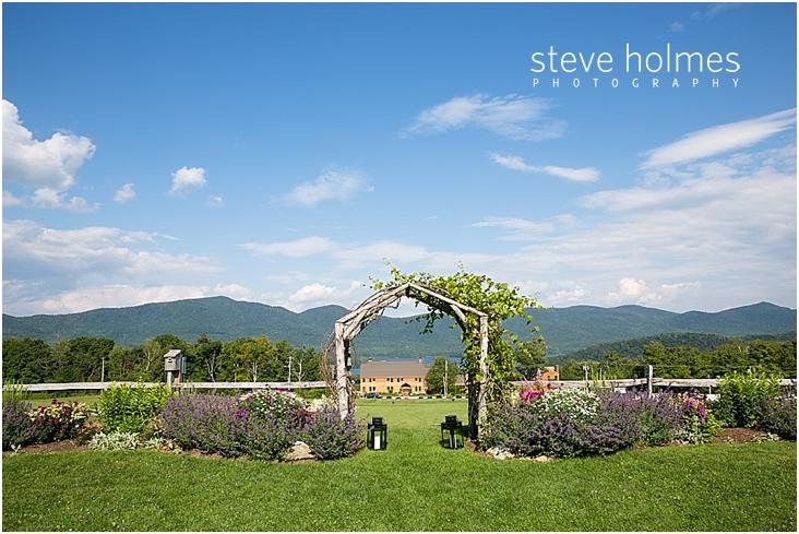 37_outdoor-wedding-ceremony-arch