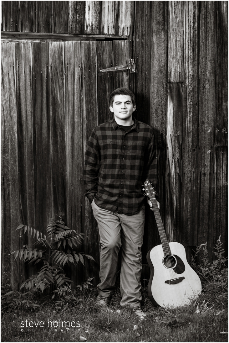 5_black-and-white-senior-portrait-of-boy-with-guitar