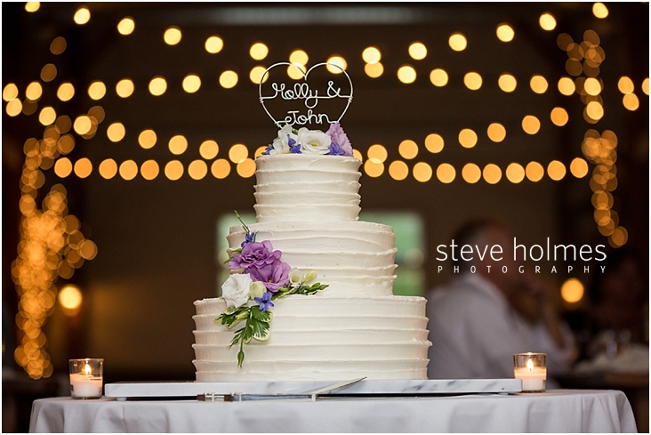61_wedding-cake-with-white-frosting-and-fresh-flowers