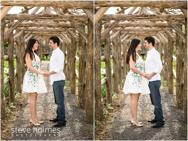 18_happy-couple-smiling-under-wooden-arch