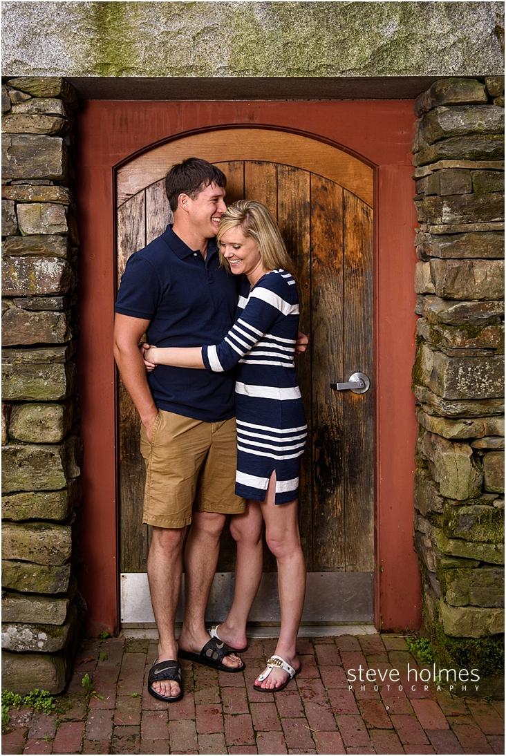13_couple-standing-in-stone-doorway-hugs-each-other