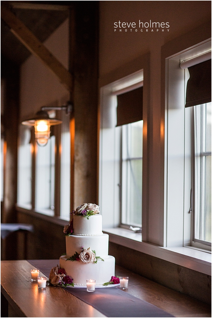 112_wedding-cake-surrounded-by-small-votive-candles