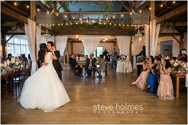 121_bride-and-groom-kiss-during-first-dance