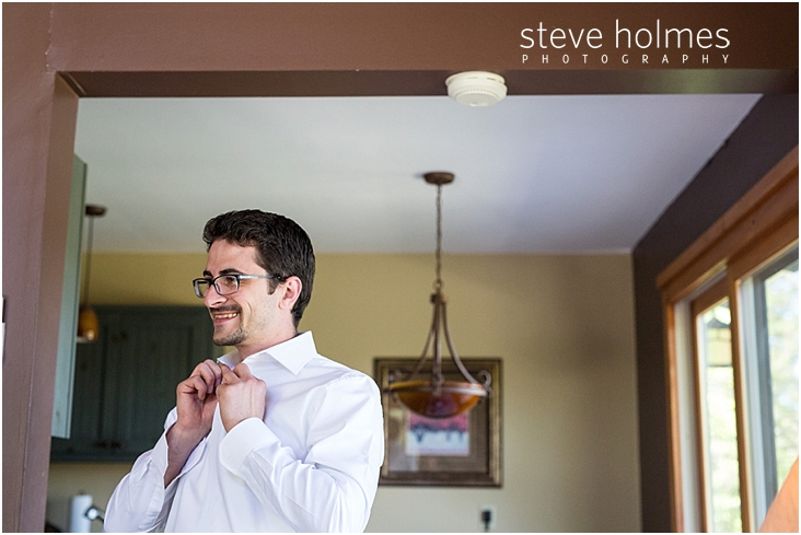 34_groom-smiles-while-buttoning-his-shirt