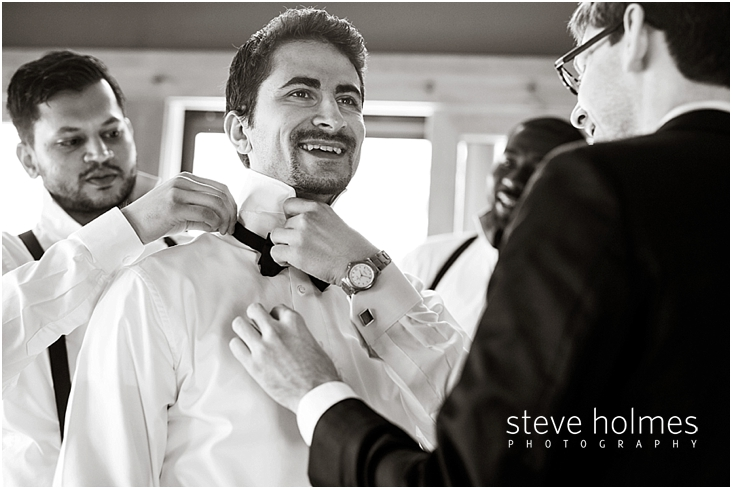 42_groomsman-helps-groom-with-tie-black-and-white