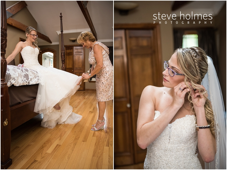 18_mother-puts-on-brides-shoes