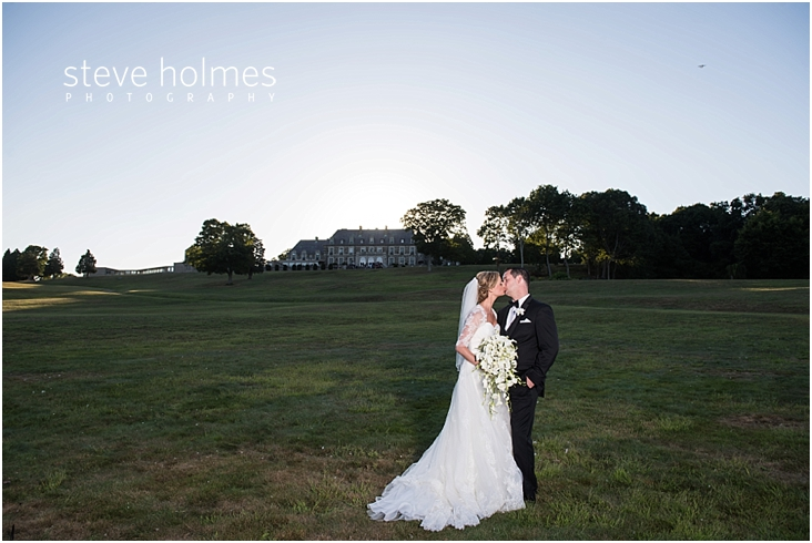 54_bride-and-groom-kiss-with-aldrich-mansion-in-background