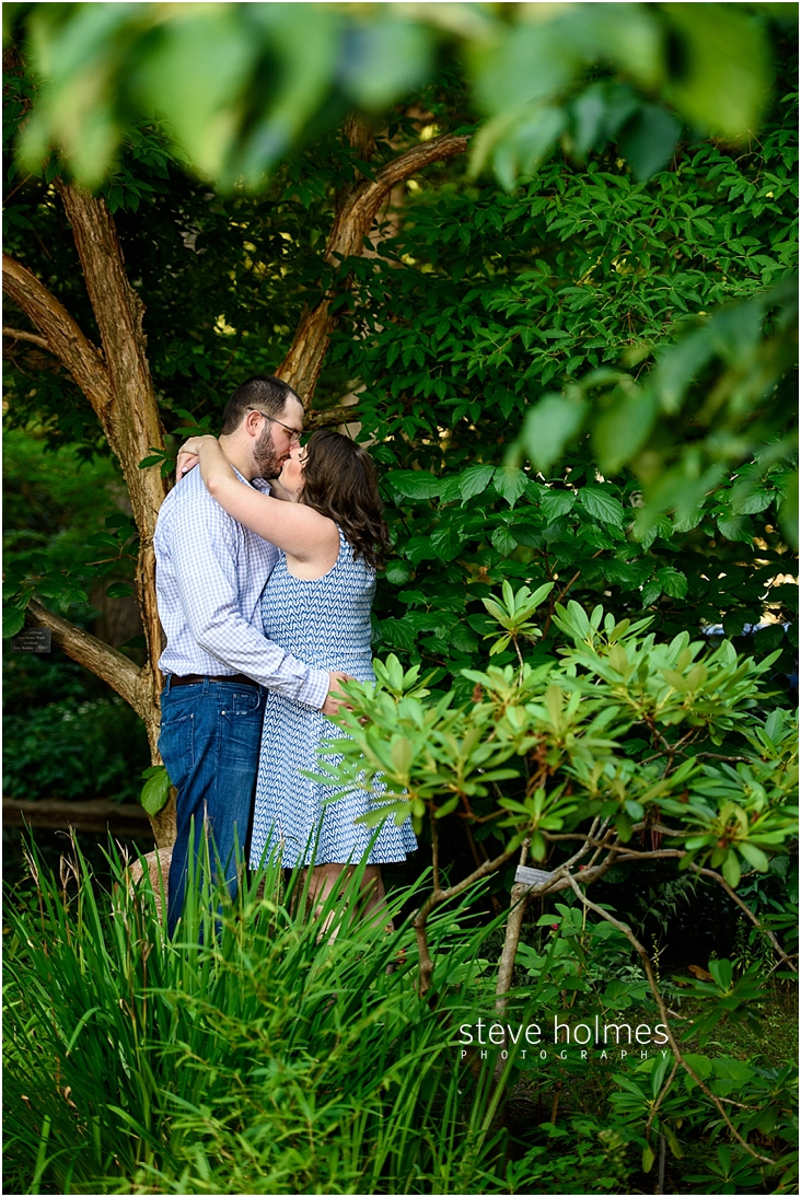 07_kissing-couple-standing-under-tree