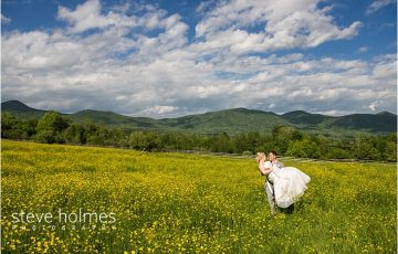 42_groom-carrying-bride-in-yellow-flower-field_web
