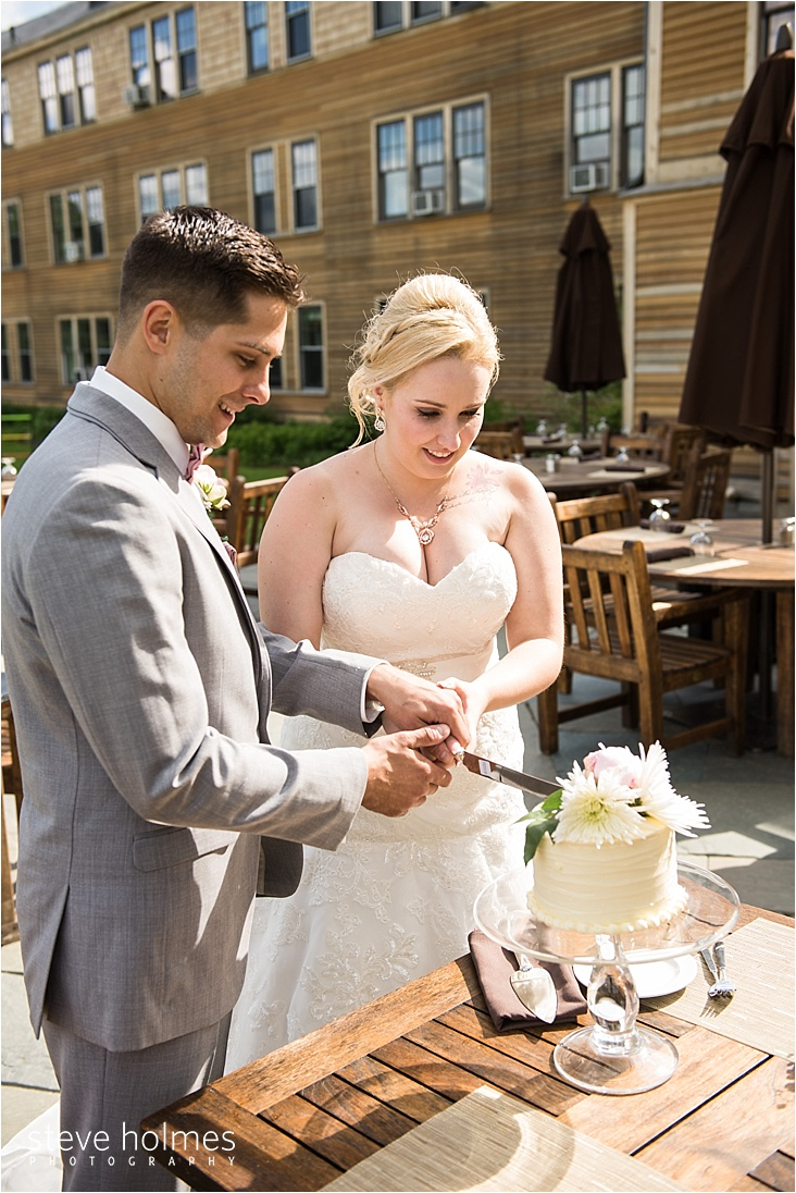 44_bride-and-groom-cutting-cake_web