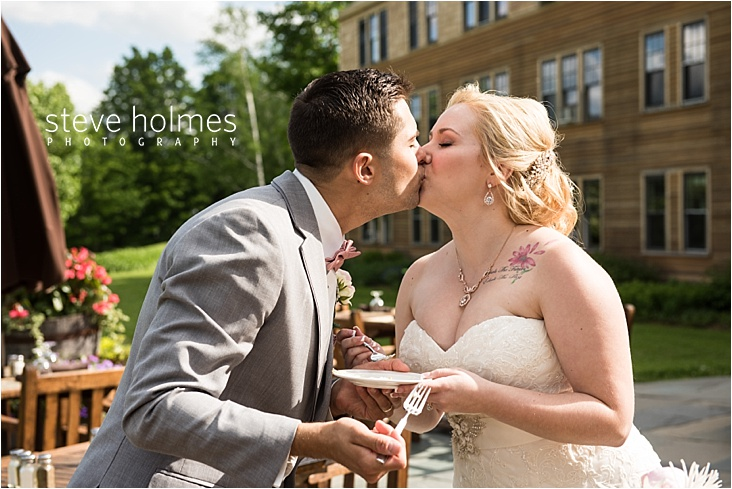 45_bride-and-groom-kissing-after-eating-cake_web
