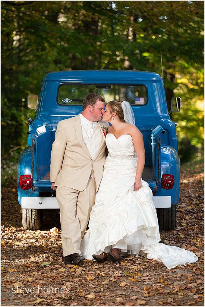 67_bride-groom-kiss-pickup-truck