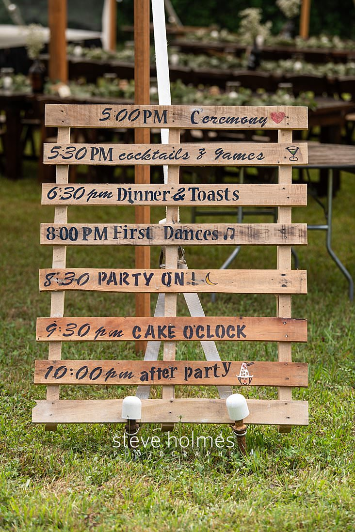 06_Wooden pallet painted with wedding schedule.jpg