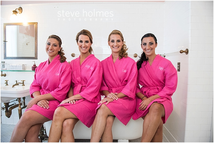 08_bridesmaids-wear-pink-robes-and-sit-on-bathtub